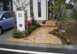 シンプルな門壁にナチュラルなアプローチ 五泉市M様邸