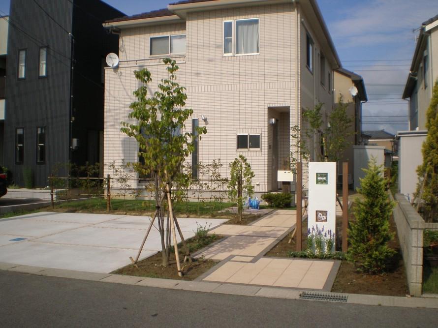 スリムな門壁とスッキリしたアプローチ 新潟市K様邸