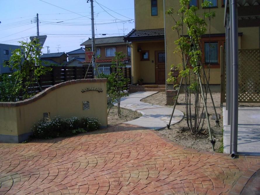 道路からの門廻りを自然石の石畳調にしたラーバンフロアで