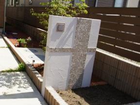 新潟の小さな外構店が本気で目指す日本一の仕事への道のり!第104庭 玄関前の門壁 モザイクタイルと装飾性塗り材での仕上げ 「後」