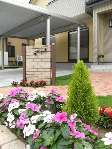 パステルカラーの建物に似合うやわらかいイメージの門まわり 新発田市S様邸