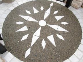 新潟の小さな外構店が本気で目指す日本一の仕事への道のり!第122庭 玄関前ゲート 東西南北、方位をあしらって床仕上げ