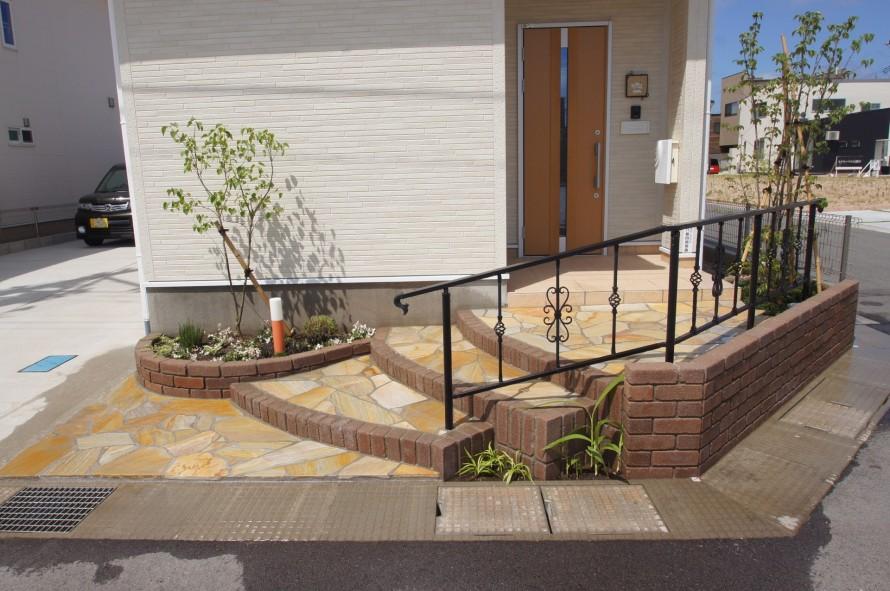 玄関前をゆったりとした階段のアプローチに