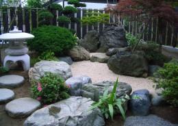 春の新緑を感じ、秋の紅葉を楽しんでもらう、滝壺と渓を想定した枯れ山水 新潟市 G 様 邸
