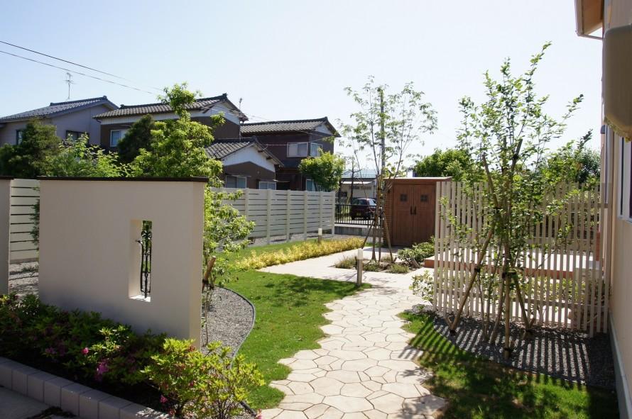 南欧風のお家に似合う爽やかなお庭を