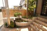 玄関前のサイドに3段の花壇