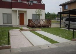 アメリカンな芝生の中の駐車スペース