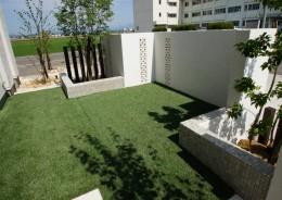 こだわりの門壁と人工芝のテラス