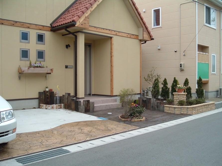 玄関前をラーバンフロア(スタンプコンクリート)の素朴な枕木風   新潟市 O 様邸