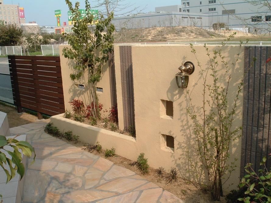 目隠しを兼ねた庭を彩る飾り壁