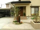 メンテナンスを減らし、玄関前を枕木門柱でポイントに 新潟市K様邸