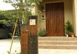 メンテナンスを減らし、玄関前を枕木門柱でポイントに
