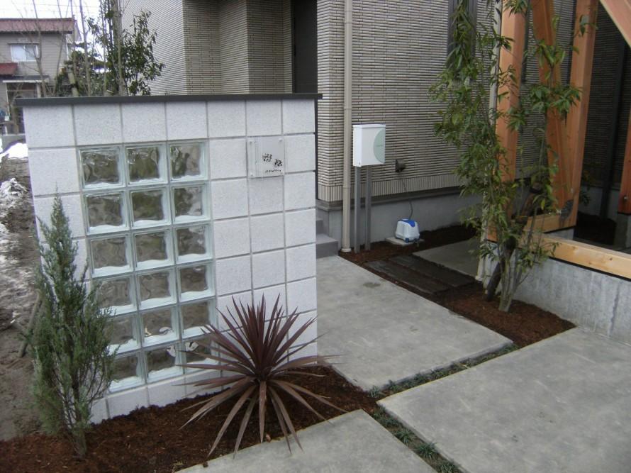 白とガラスブロックを使った門壁 新発田市N様邸