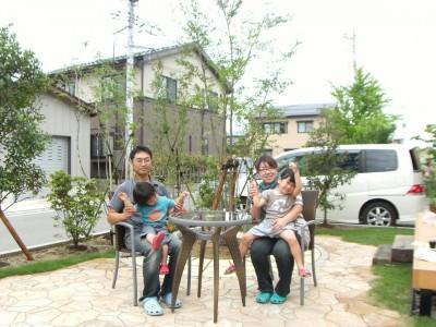 庭の中央にテラスを作り、コーヒータイムで憩のひととき 三条市 T様邸