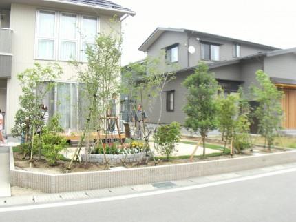 庭の中央にテラスを作り、コーヒータイムで憩のひととき 三条市T様邸