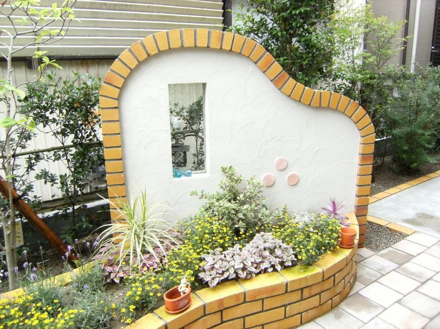 花壇とジュノングラスを使ったオブジェのあるお洒落な庭で  新潟市K様邸