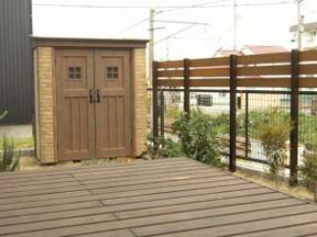 新潟の小さな外構店が本気で目指す日本一の仕事への道のりは、まず天気から!第48庭 高台の庭におしゃれ物置カンナと目隠しフェンス