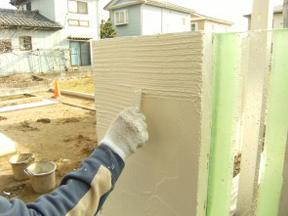 新潟の小さな外構店が本気で目指す日本一の仕事への道のりは、まず天気から!第66庭 白い櫛引きの塗り壁