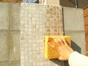 新潟の小さな外構店が本気で目指す日本一の仕事への道のり!第103庭 玄関前の門壁 モザイクタイルと装飾性塗り材での仕上げ 「前」