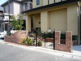 レンガと鋳物がコラボの樹木とお花が似合う玄関前 新潟市 E様邸