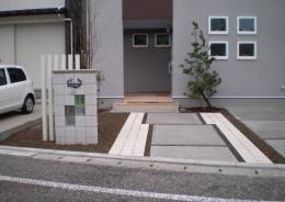 玄関前のアプローチを来客用の駐車スペースに