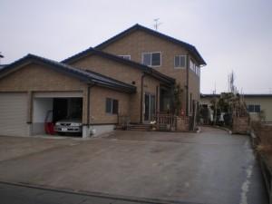 広々としたカースペースにインパクトのある門壁 新発田市 M様邸