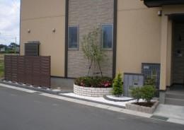 門壁に合わせた花壇と植栽 新潟市 K様邸