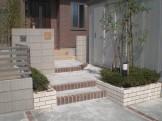 階段が演出する門周り 新潟市