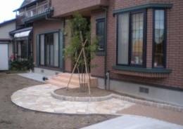 玄関の正面に向かう曲線アプローチ 新発田市Y様邸