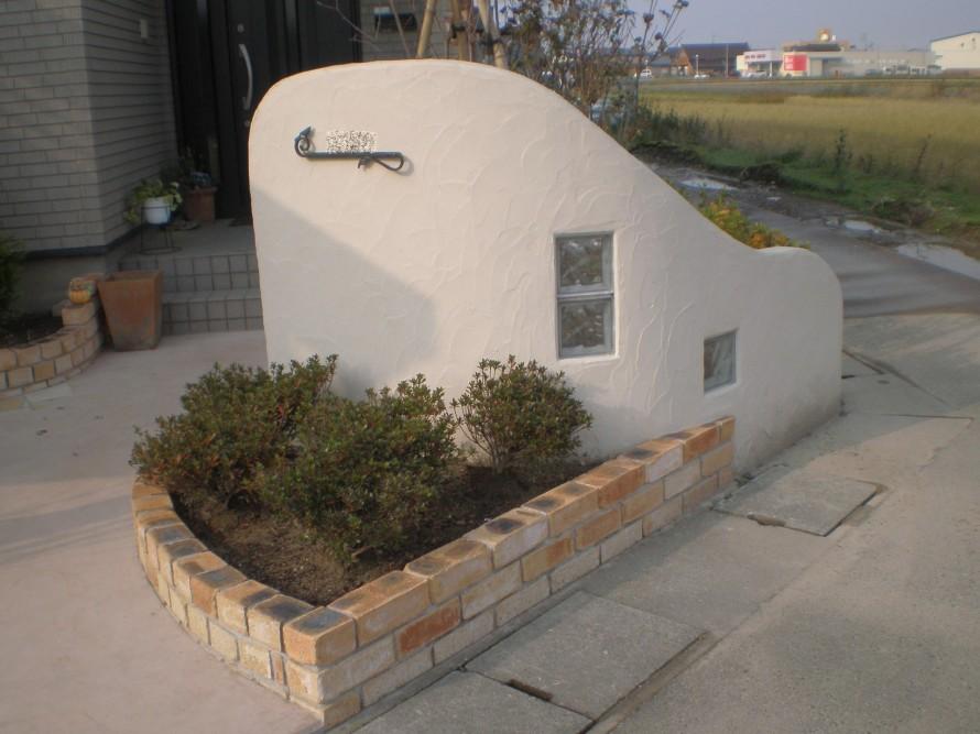 門壁を清楚な塗り壁と鋳物のネームプレートでフロントガーデンをリフォーム 新潟市南区A様邸