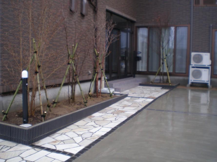 自然石の白と黒のモダンなアプローチ 新潟市