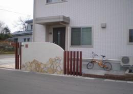 玄関を目隠しと飾りを兼ねた門壁に