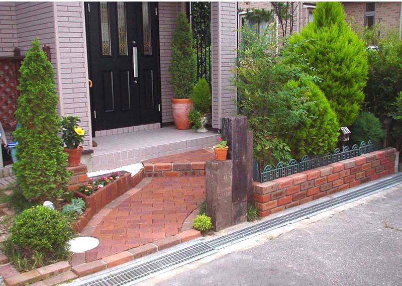 枕木や植栽を生かした玄関前スペース 新潟市N様邸