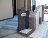 枕木門柱に天然石の表札が印象的なエクステリア 新潟市U様邸