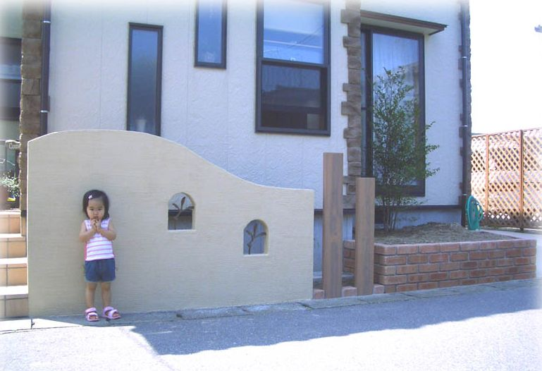 アルミ鋳物のアールフィックスフェンスをはめた、かわいい小窓がポイントの玄関周り 新潟市U様邸