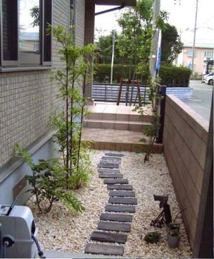 芝と化粧砂利によく映えるレンガのアプローチ 新発田市H様邸