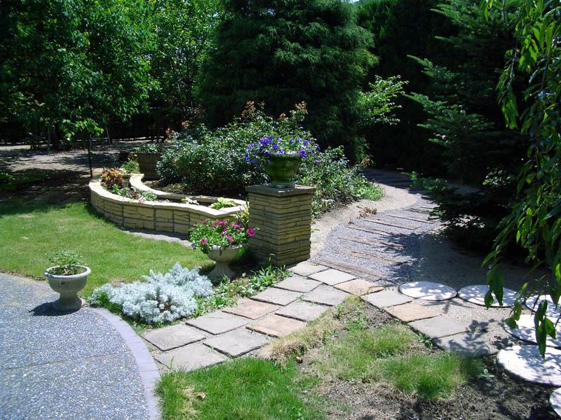 枕木の園路やレンガ積みの壁でメリハリのある お庭にリフォーム 五泉市 N様邸