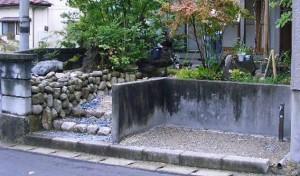 御影石の土留と当社独自の天然石樹脂舗装のアプローチがあるお庭にリフォーム 加茂市 N様邸
