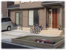 レンガの門壁に合うカンナがあるアプローチ 新潟市I様邸